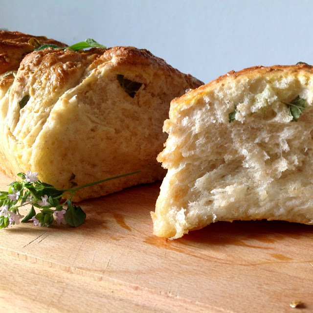 Madbrød med frisk oregano og havregryn