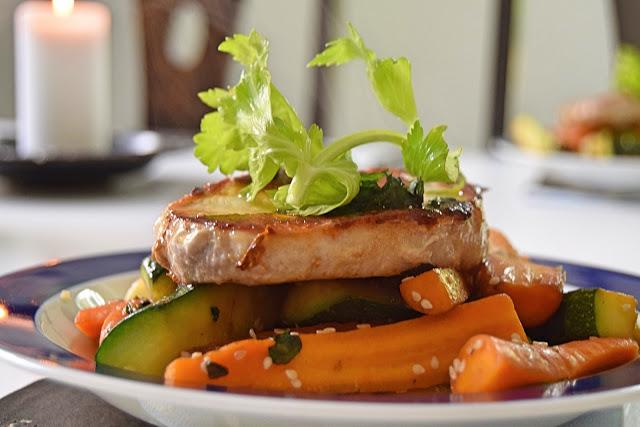 Koteletter med stegte grøntsager