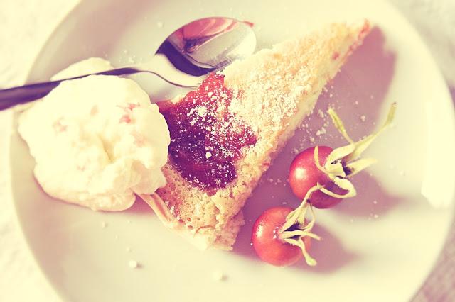 Tærte med marcipan og hyben