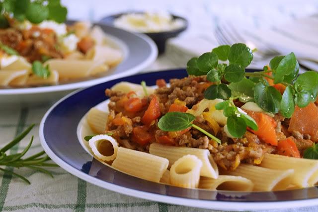Kødsovs og pasta