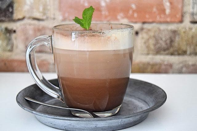 Kaffe med myntesirup og cacao