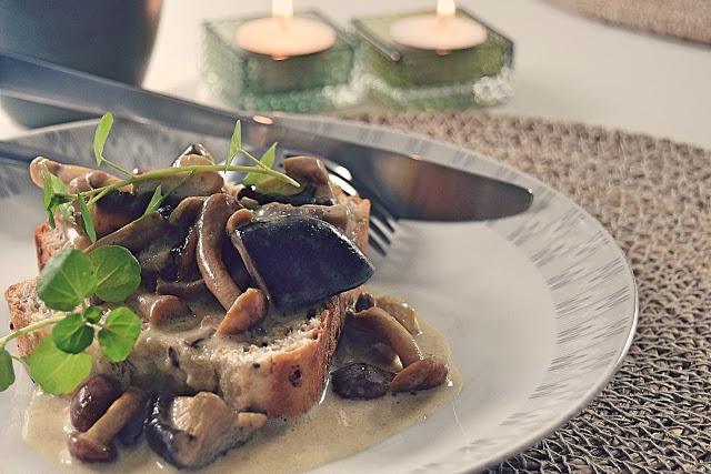 Flødestuvede svampe på franskbrød