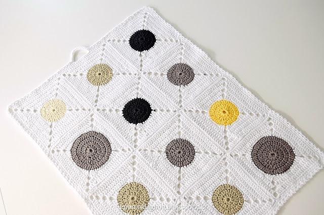 Hæklet håndklæde af firkanter med rund midte