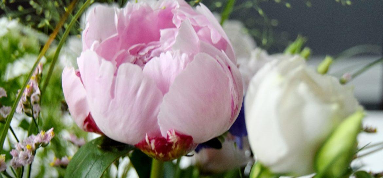Bonderose i blomsterbuket