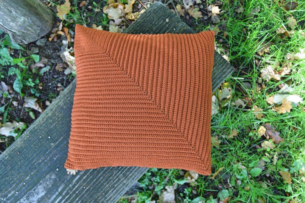 Diagonal puden, hæklet sofapude