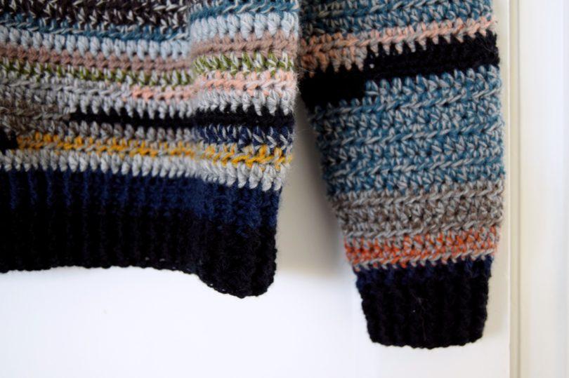 Hæklet sweater af garnrester